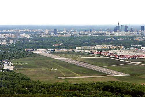 na tle miasta – www.lotnisko-babice.pl