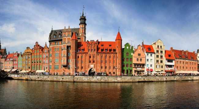 http://upload.wikimedia.org/wikipedia/commons/a/ab/2012-08-30_pano_gdansk_sm2.jpg