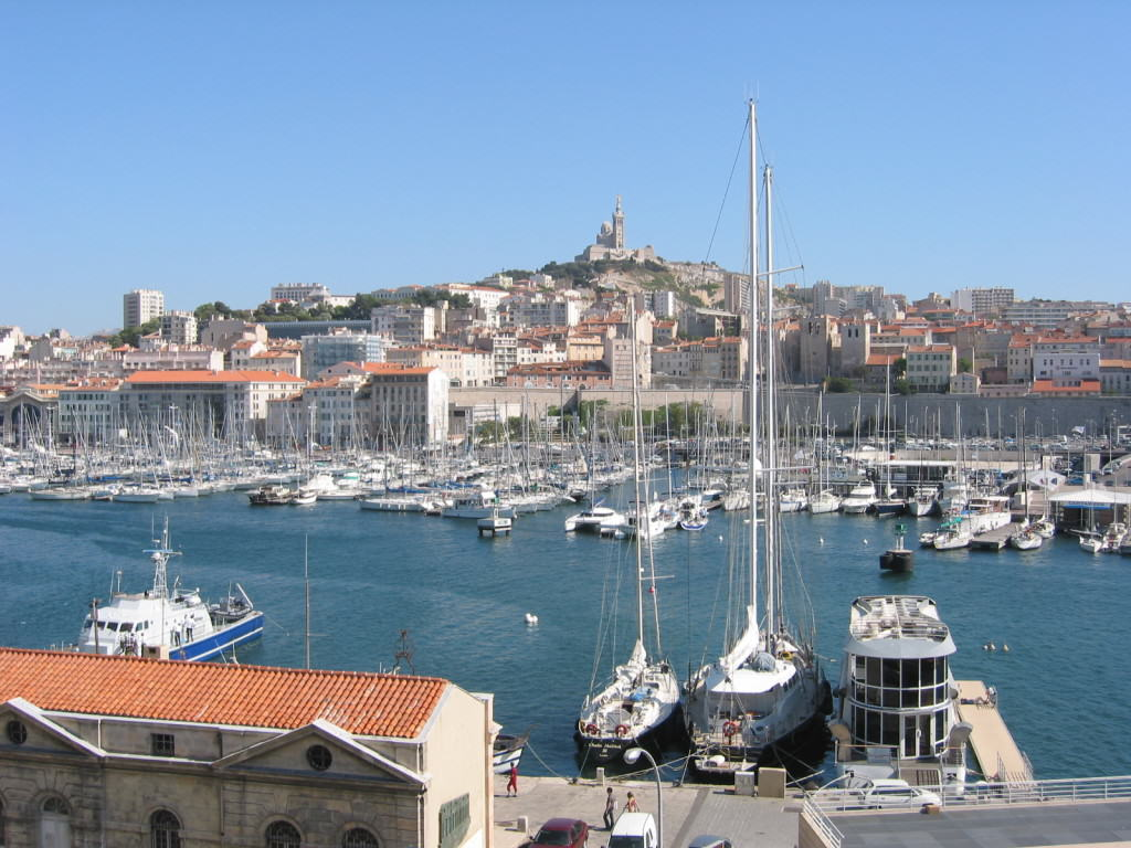 Vieux-Port oraz Bazylika Notre-Dame, źródło:  http://upload.wikimedia.org/wikipedia/commons/1/1a/Vieux-Port_de_Marseille.jpg
