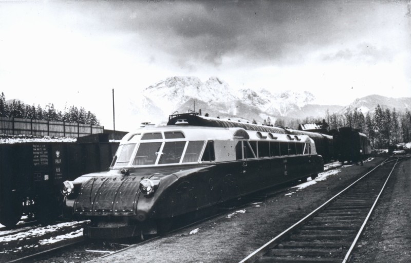 """Pociąg """"Luxtorpeda"""" w Zakopanem w 1936 r. / Źródło: http://upload.wikimedia.org/wikipedia/commons/1/17/Luxtorpeda_Fablok_Zakopane_1936.jpg"""