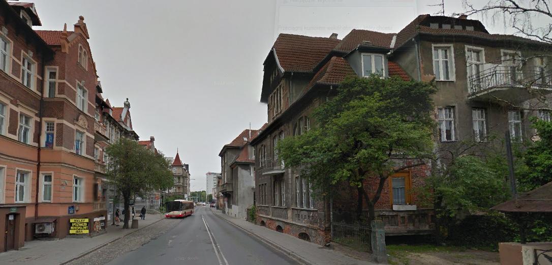 Dla realizacji trasy wschodnia pierzeja ulicy Do Studzienki ma zostać wyburzona. fot. Google Street View