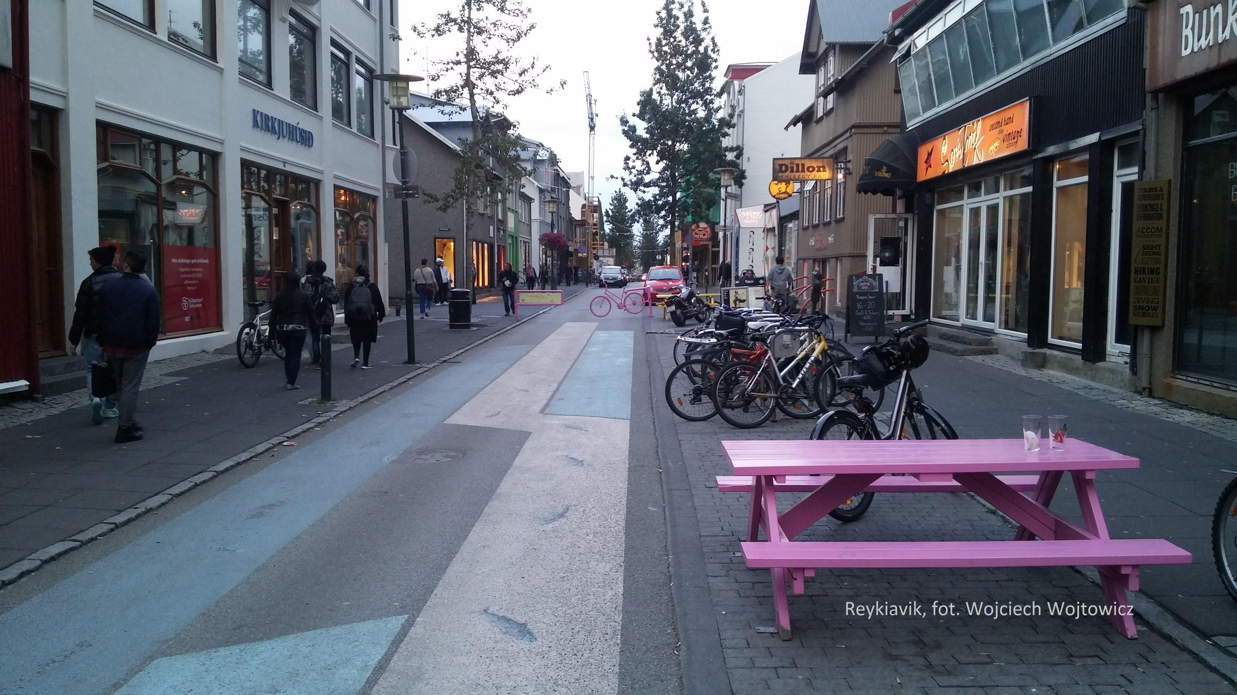 Główna ulica Reykjaviku, Laugavegur została częściowo przekształcona w deptak.