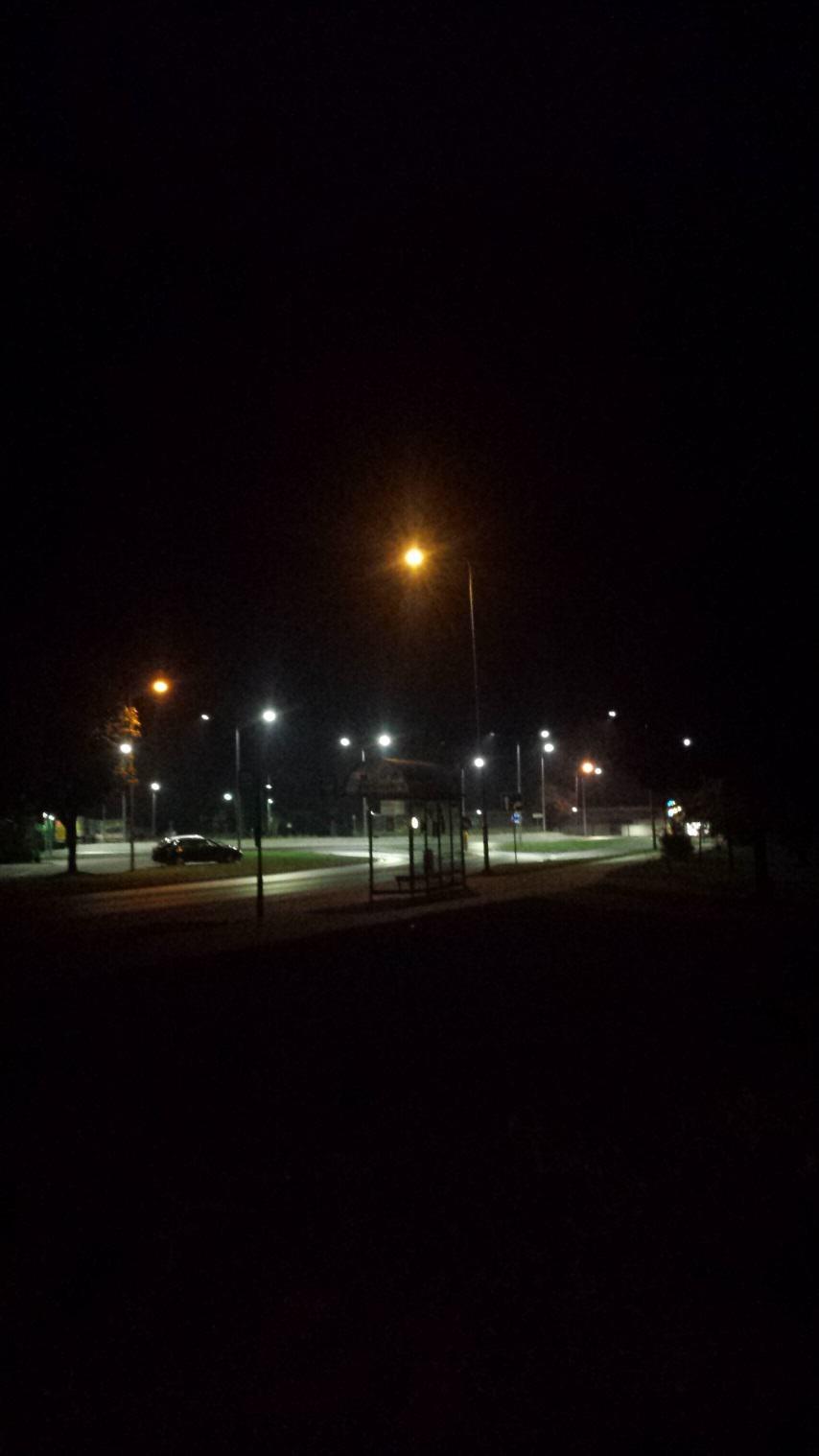 Zdjęcie, które przedstawia nowoczesne rozwiązanie problemu zanieczyszczania środowiska światłem. Rondo oświetlone, droga widoczna, dookoła ciemność. Źródło własne.
