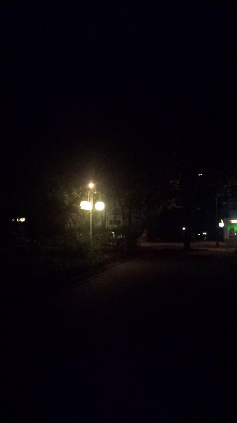Latarnia, która ma oświetlać drogę pieszego. W rzeczywistości oświetla wszystko dookoła, tylko nie chodnik. Źródło własne.