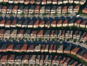 Przedmieścia + Licencja CC BY-SA 2.5 na podstawie Wikimedia Commons