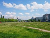 Rezerwa terenowa wzdłuż ul. Płaskowickiej to obecnie głównie tereny zieleni nieurządzonej oraz parkingi | fot. Kamil Suchożebski