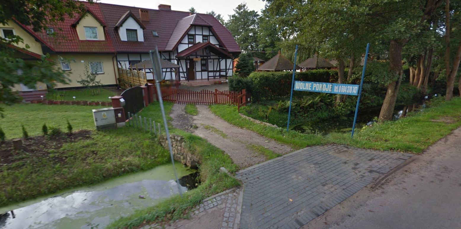 Wzdłuż głównej drogi we wsi poprowadzony został rów. Dojazd do zabudowań odbywał się poprzez mostki; fot. Google Street View