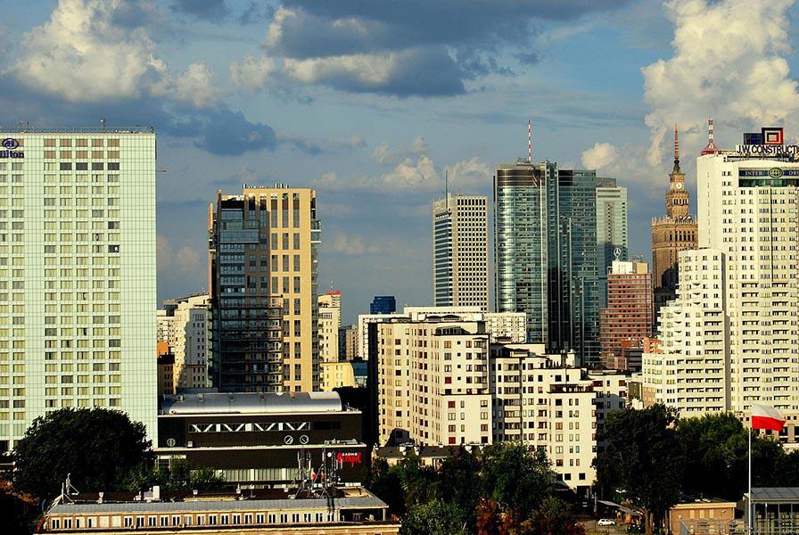 1280px-Panorama_Warszawy_roza_luks