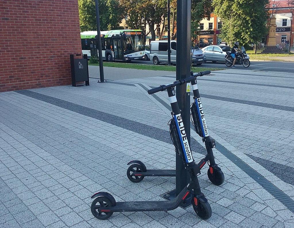 Sposób parkowania elektrycznych hulajnóg będzie regulowany | Domena publiczna