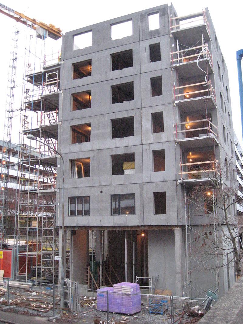 blok mieszkaniowy w budowie CC BY-SA 3.0