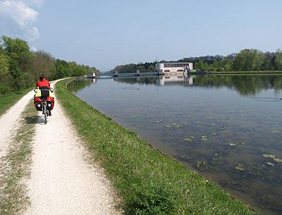 http://www.fahrrad-tour.de/Donautal/Fertig/Bilder3/BDamm_P5014108.jpg
