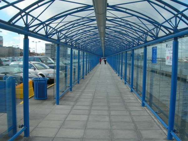źródło: http://commons.wikimedia.org/wiki/File:Covered_Walkway,_London_City_Airport_-_geograph.org.uk_-_358012.jpg