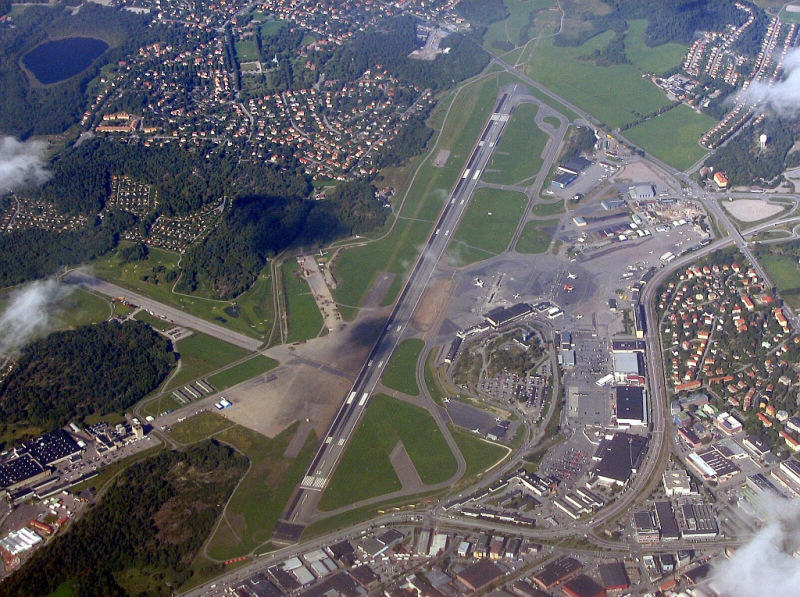 Port lotniczy Bromma z lotu ptaka. Autor: Ronen Eckstein [http://www.airliners.net/photo//0998791/&sid=815d1308894b360aee2338ce12ed8d88]