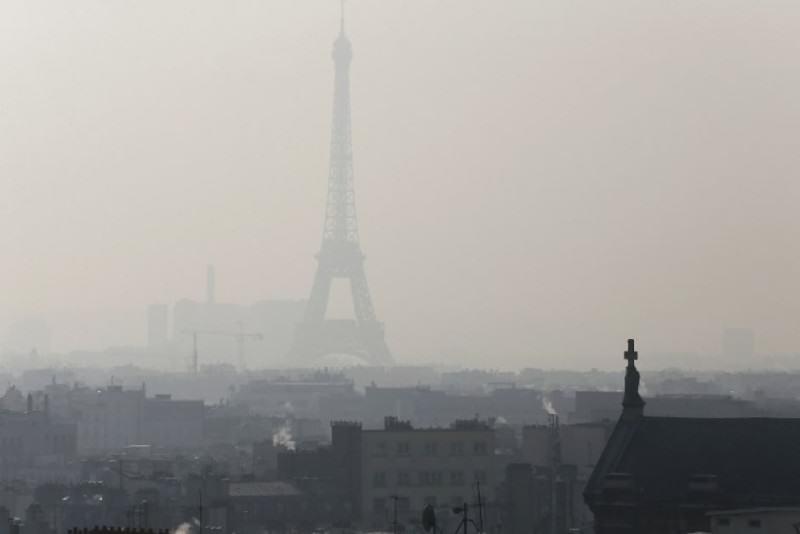 Smog nad Paryżem, autor: Patrick Kovarik, źródło: AFP