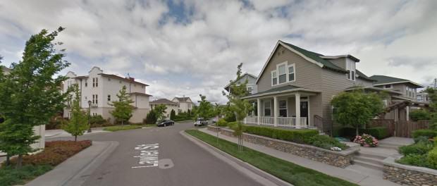 Zestawienie niskiej intensywnej zabudowy mieszkaniowej z domami jednorodzinnymi, źródło: google maps