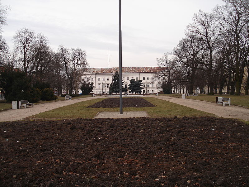 """""""Płock, Plac Obrońców Warszawy"""" autorstwa Krzysztof Lisocki - Praca własna. Licencja GFDL na podstawie Wikimedia Commons"""