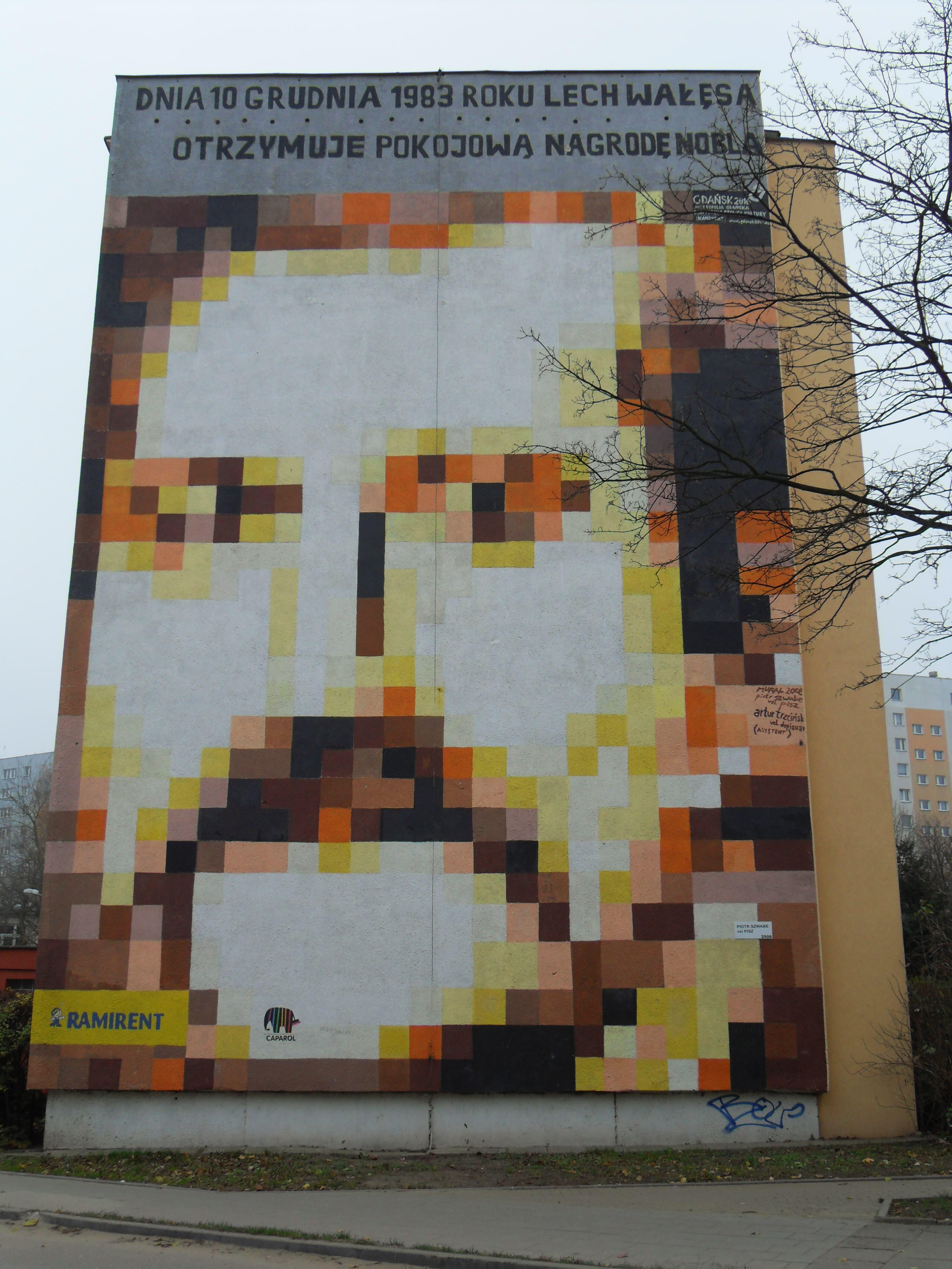 Mural na bloku przy ul. Pilotów 17, w którym mieszkał Lech Wałęsa / fot. Artur Andrzej (Wikimedia Commons) / lic. CC-BY-3.0