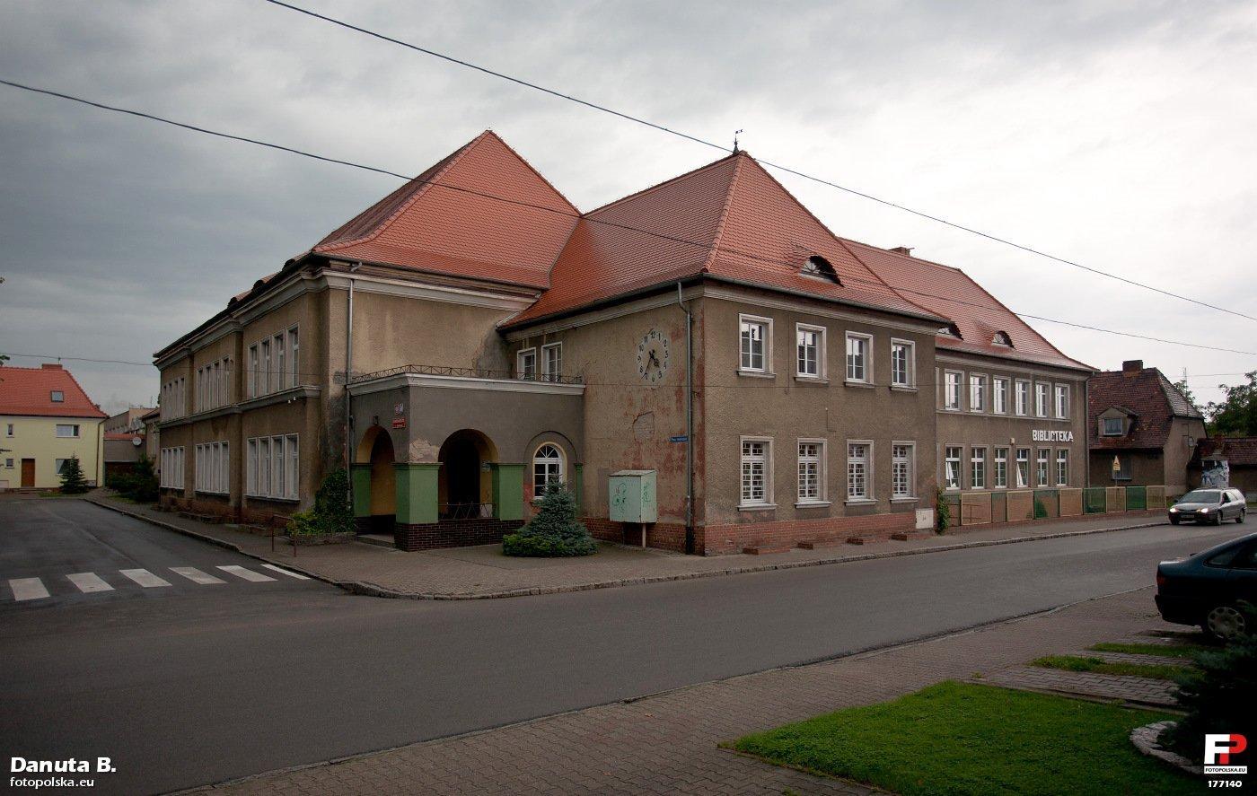 Budynki oświaty przy Placu Wolności | fot. Danuta B. | fotopolska.eu | lic. CC-BY-3.0