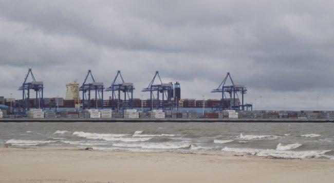 Widok na port w Gdańsku z plaży na Stogach