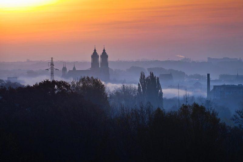 Panorama Krakowa spowitego smogiem