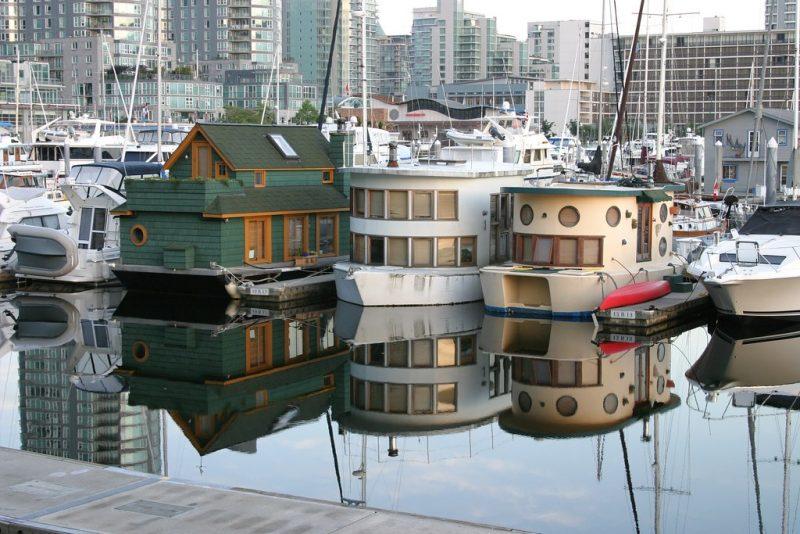 Mieszkalne łódki w porcie w Vancouver