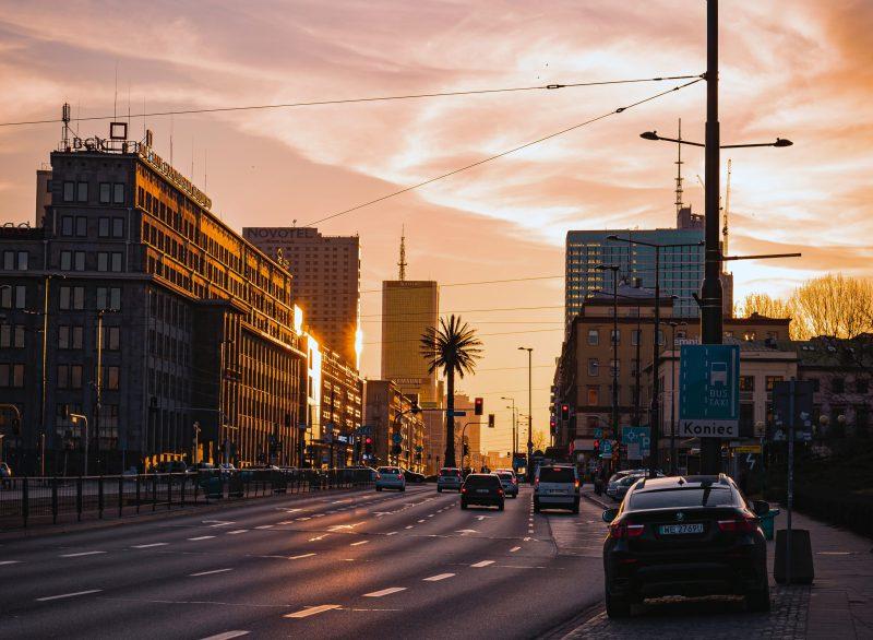 Rondo de Gaulle'a w Warszawie. W tym miejscu powstać ma nowy podziemny przystanek kolejowy. Zmiany na linii średnicowej mają być przyczynkiem do zmian w przestrzeni nad nimi | fot. K.Marciniak (Unsplash)